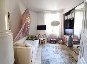 I dottern Julies rum är det ombonat och mysigt med sänghimmel och matta.