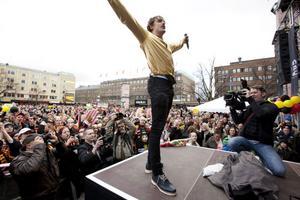 Simon Bertilsson tog mikrofonen från kommunalrådet Blank och bjöd på en egen show.