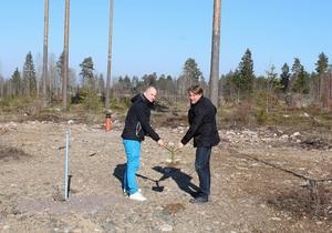 Här vid Ersbo Industriområde byggs Partykungens nya lager. Ägaren Joel Svensson till vänster och Erik Sandström vid Ersand Förvaltning till höger.