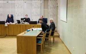 Den åtalade i tingsrätten tillsammans med sin försvarare Thomas Öberg.