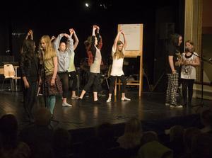 Elever från år 4 till 6 från Björkbergsskolan på scenen i egna uppsättningen