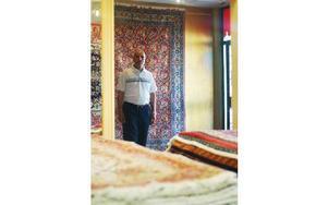 Här står Hosein Darban i sin mattaffär och tar emot besvikna människor som blivit lurade av bedragare som använt hans namn. FOTO: MATTIAS GÖTHBERG
