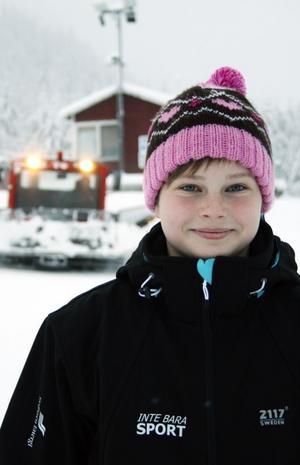 Celina Berglund, 11 år, har redan haft en träning på Getberget. Då var lilla backens lift öppen.– Jag tycker att det är kul att tävla och hoppa, säger hon och längtar redan till familjens fjällsemester och säsongens sista tävling i Hamra.