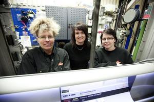 """Tvingas pendla. """"Resandet är en nackdel. Men man får vara glad att företaget blir kvar i regionen"""", säger Malin Andersson och arbetskompisarna Anna Källström och Susanne Husberg."""