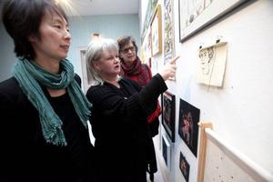 Maria Ahlström, Ingela Fredell och Eva Herdin är nöjda över att dryga 80-talet broderier lämnats in till utställningen, varav dryga 50-talet fick plats att isas.