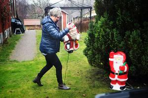 Medhjälpare. Trots den gröna gräsmattan hjälper tomtarna till att skapa julstämning. Elen fixar Ankies make så att tomtarna lyser upp på fler än ett sätt.