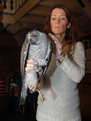 Jenny Mellbi gör en hullbedömning av fågeln.