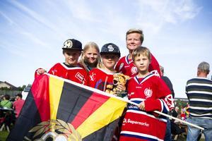 – Brynäs vinner, tippade de här killarna, från vänster Ante Lindström, Oskar Hjelm och Timmy Brandén. Bakom står Malou Hjelm och Malin Hjelm.