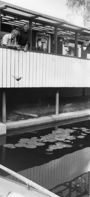 Ort: Småströmmarna, Skog   Rubrik: De fiskar kräftor direkt från verandan.   Bildtext: I femton år har de haft det så här fint. Manne och Berta Inglund i Småströmmarna, Skog i södra Hälsingland. Kräftfiske från verandan. Det är något, det...