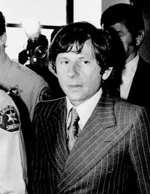 1977. Roman Polanski på väg in till rättegången om sexuellt utnyttjande av barn i Santa Monica, Kalifornien, 1977.