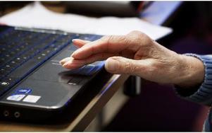 En gång i veckan, under fem veckor, får de lära sig om allt från knapparnas betydelse till mejl och att söka på google. Foto: Peter Ohlsson