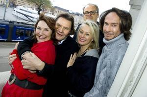 Pressträff inför SVT:s Stjärnorna på slottet 2011. Kim Anderzon, Johan Rabaeus, Louise Hoffsten, Johan Rheborg och Christer Lindarw.