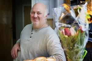 Onsdagen var en spännande dag för Bengt Vigstål i Västergensjö. ÖA överraskade med en tulpanbukett – och han blev castad, som det heter, för programmet Bonde söker fru.
