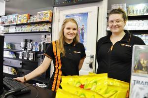 – Försäljningen av filmer, snacks och godis har ökat i sommar på grund av det dåliga vädret, berättar Isabell Buske Andersson, till vänster Anna Arvidsson.