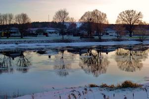 en av våra få vinterdagar denna vinter!! fin vy över arboga ån i arboga med träden som speglar sig i vattnet