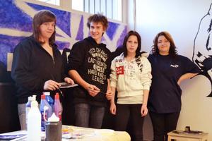 Johanna Jonsson, William Karlsson, Maya Eriksson och Saga Edin är några av de elever som under kreativa veckan på Orsaskolan har jobbat med att måla och utsmycka kafeterian.