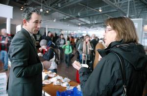 Flyjämtland bjöd i går alla resenärer på flygplatsen på Frösön på tårta för att fira bolaget smygpremiär. Siv Bäecklund, som är en van resenär från Stockholm, fick en pratstund med den tillförordnade chefen för bolaget, Daniel Långsten, under fikapausen. Foto: Sandra Högman