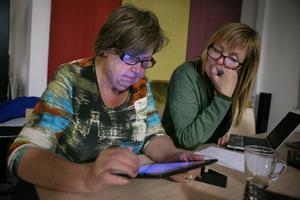 Karin Edvardsson testade den nya sajten från en surfplatta. Här tillsammans med chefredaktören Gunilla Kindstrand.