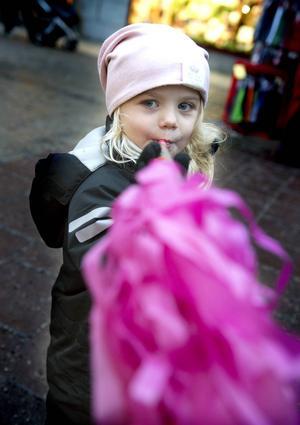 Lexie Edström 3 år hade kul med sin tuta.