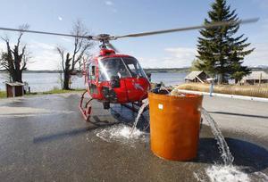 Det tar några minuter att fylla tunnan med fisk. Helikoptern står startberedd så fort den sista öringen kommer igenom röret.