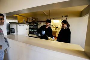På Åre Continental får flyktingarna tre mål mat om dagen samt fika.