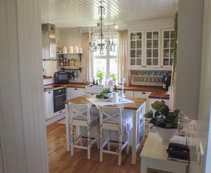 Köket är det första man möts av när man stiger in i villan. Den ombonade miljön ger ett välkomnande intryck.