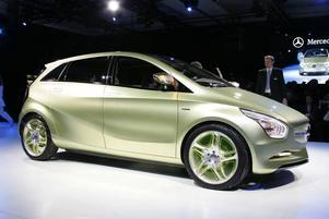 Snygg och smart. Mercedes Blue Zero är en tuff liten elbil som precis som de flesta andra elbilar drivs med dyra lithiumjonbatterier. Mercedes säger att de ska bli den första biltillverkae med egen batteriproduktion . Blue Zero kommer även att finnas i två andra versioner, en med hybridlösning där elmotor och en liten förbränningsmotor delar på skjutsen och en version med vätgasmotor.