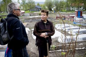 Margareta Nordin i samspråk med en bekant vid sin älskade kolonilott på Kapellsberg.