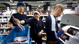 På postterminalen i Hudiksvall jobbade brevbärarna för fullt: Christoffer Källman, Hanna Blombäck och Jakob Andersson.