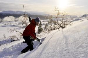 Snön på fjället måste kollas regelbundet för att det inte ska vara en lavinfara.