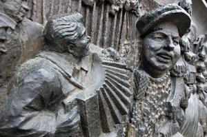 Snoddasreliefen i brons placerades på Brotorget 1984.