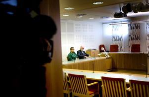 30-åringen som drev en konkurrerande krog i Gävle när CH brann var en av de två som häktades på torsdagen. Vid sin sida har han advokaten Curt Sandström.