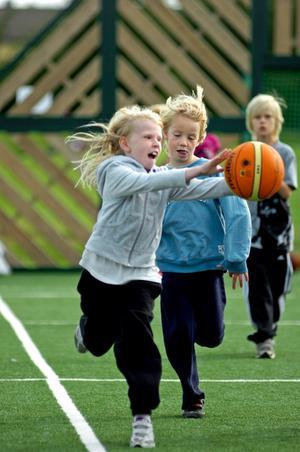 På spontanidrottsplatsen, vars invigning inledde idrottseventet i Kumlaby, avgjordes många heta basketmatcher under dagen. Under de två dagarna eventet pågår kommer 1 740 av Kumlas elever att få prova på så många sporter de orkar.