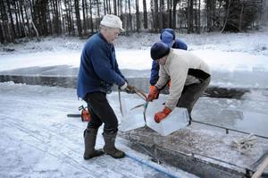Ove Persson och Torbjörn Persson lastar den stora stjärnan på skoterkälken.