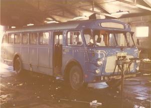 Här är en bild från tiden då bussen var blå. Någon gång efter att U250 hamnat i VL:s ägo byttes även nummerplåten ut mot en modernare med tre bokstäver och tre siffror. Nu heter bussen U250 igen.