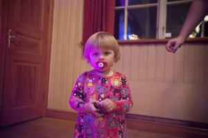 Emmy Orrell som nyss fyllt två år har varit på dans sedan hon låg i mamma Veronica Sjöbergs mage.