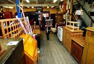 Soffor, stolar, bord och skåp. Allt går att sälja till utlandet. Gamla svenska möbler står högt i kurs.