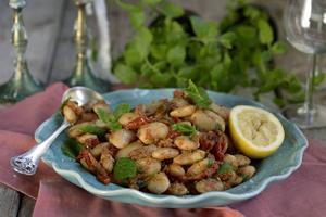 Stora vita bönor får massor av smak i sällskap med en kryddig marinad med marockanska smaker.