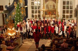 Under ledning av Stina-Kari Axelsson bjöd Gangsingers och Gangs´n Voices med solister på en stämningsfull konsert i Floda kyrka
