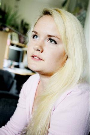 Just nu går Helena och grunnar på en ny kollektion med sommarklänningar. Hon ska börja med att sy en till sig själv. Foto: Henrik Flygare