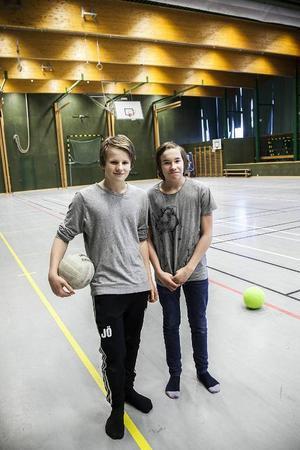 Jacob Öhlén (till vänster) och Gabriel Wahlström går i sjuan. De brukar spela innebandy i Sporthallen.– Ibland är det så halt att man knappt kan stanna om man spelar innebandy eller fotboll, säger Jacob och får medhåll av Gabriel som tillägger;– Det skulle definitivt inte skada att byta ut golvet om man säger så.