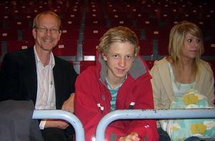 Rektor Johan Sennerfeldt och eleverna Adam Lundgren och Esther Hedlund i spänd väntan på prisutdelningen.