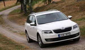 Är det enbart en ekonomisk fråga så kan Skoda Octavia Combi bli Sveriges nya folkbil. Beprövad teknik och klassens bästa utrymmen. Många tycker dessutom att den är snyggare än favoriten Volvo V70.Foto: Rolf Gildenlöw