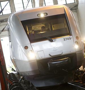 Det nya SJ tåget SJ 3000 visas upp för pressen i spårhallarna i Hagalund. De nya tågen går 200 km i timmen, startar och stoppar snabbare, har bredare gångar och vestibuler, eltag vid varje plats, trådlöst nätverk, en hyrfilmportal och elektroniska anslagstavlor med aktuell trafikinformation.