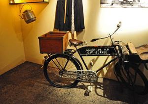 En cykel från kraftverkstiden med tillhörande cykelväska. Under kraftverkets storhetstid fanns det bland annat fyra pensionat, tre matserveringar, två bagerier och fyra caféer i Trångbo, en del av Krångedebyn.