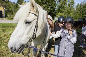 Syskonen Josefin och Sven-Erik Lundgren gillar att rida.