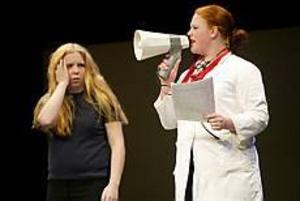 Foto: LASSE HALVARSSON Elevers ohälsa. Diana Gustavsson som en flicka med problem. Elin Wigö är doktorn som ställer diagnosen: stress, ångest, ful.