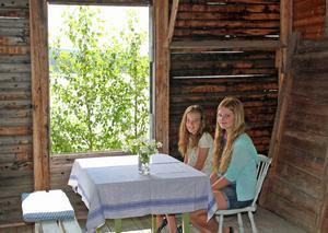 Märta Hagelin och Ester Ringqvist har på egen hand städat, inrett och ställt i ordning kaféet i ångsågen i Nor.