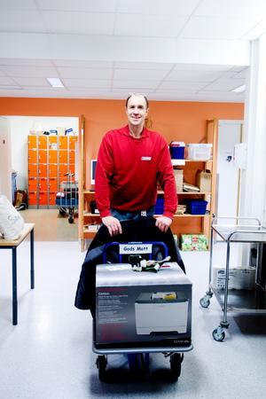 Janne Bonnevier har jobbat på sjukhusets godsmottagning i 30 år. Här är det en skrivare som anlänt som ska köras ut till rätt avdelning.