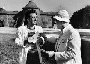 Robert Broberg tar emot 'Karamelodiktstipendiet av Povel Ramel utanför koppartältet i Hagaparken i Stockholm 12:e juni 1989.